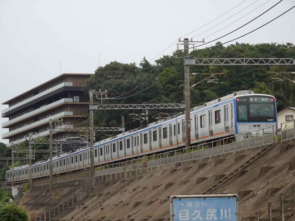 かしわ台-海老名間の目久尻川を渡った、9701F各駅停車横浜行き(2020/9/22)