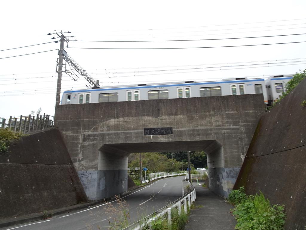 目久尻隧道の上を通過する9701F各駅停車横浜行き(2020/9/22)