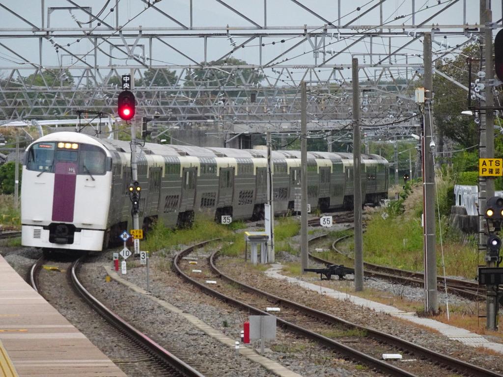 始発の小淵沢駅2番線に入線する215系ホリデー快速ビューやまなし号新宿行き(2020/10/4)