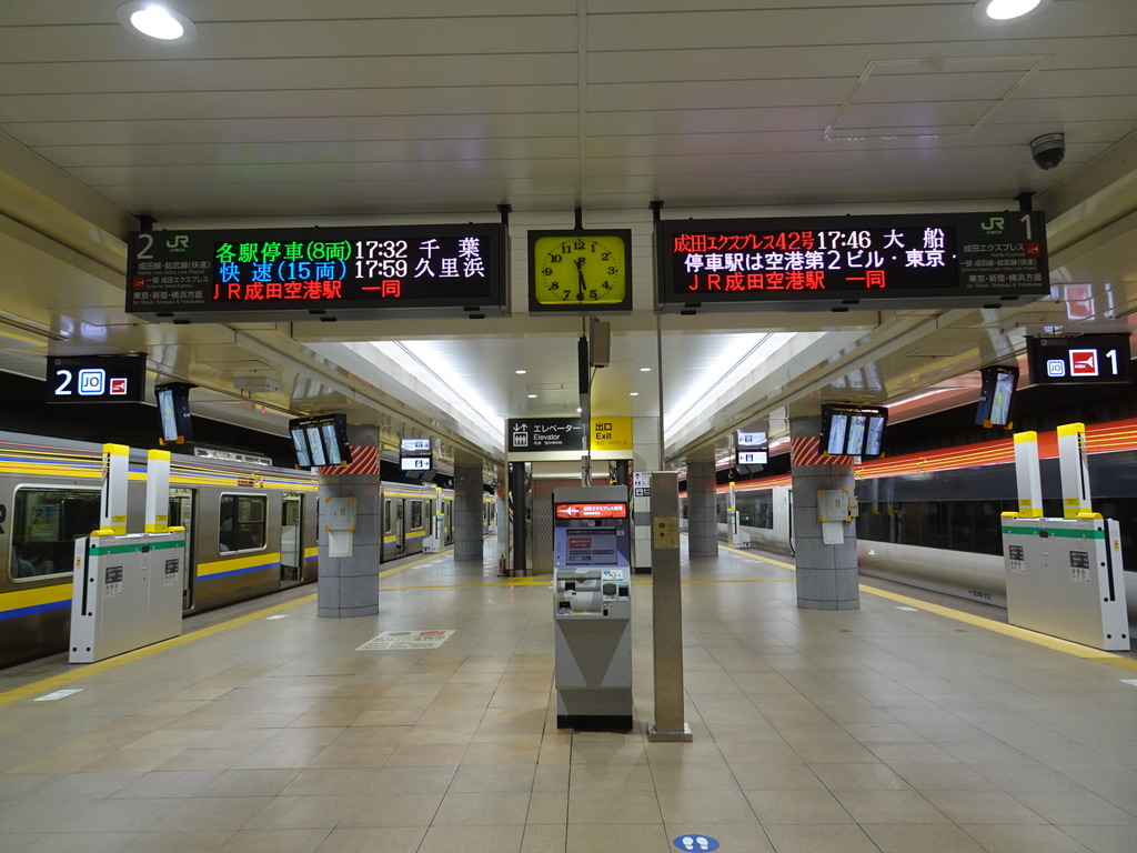 成田空港駅2番線に停車中の209系8両編成千葉行きと、成田エクスプレス42号(2020/8/23)