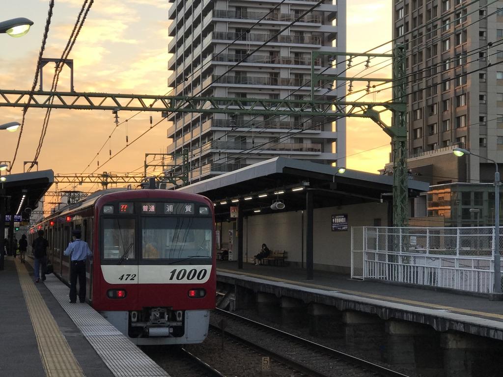京急東神奈川駅に停車中の京急新1000形1469編成(4両)普通浦賀行き(2020/10/12)
