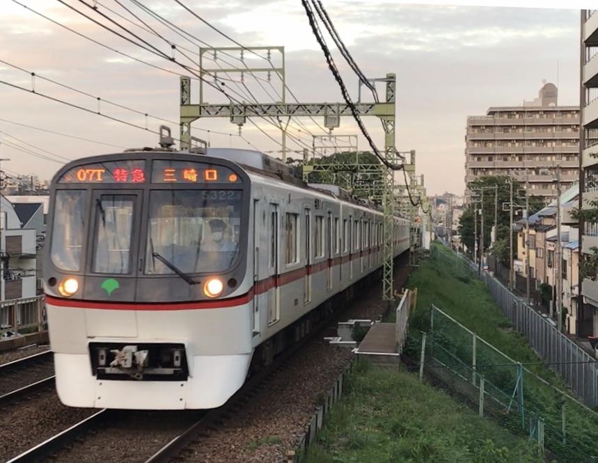 京急東神奈川駅を通過する都営5322F特急三崎口行き(2020/10/12)
