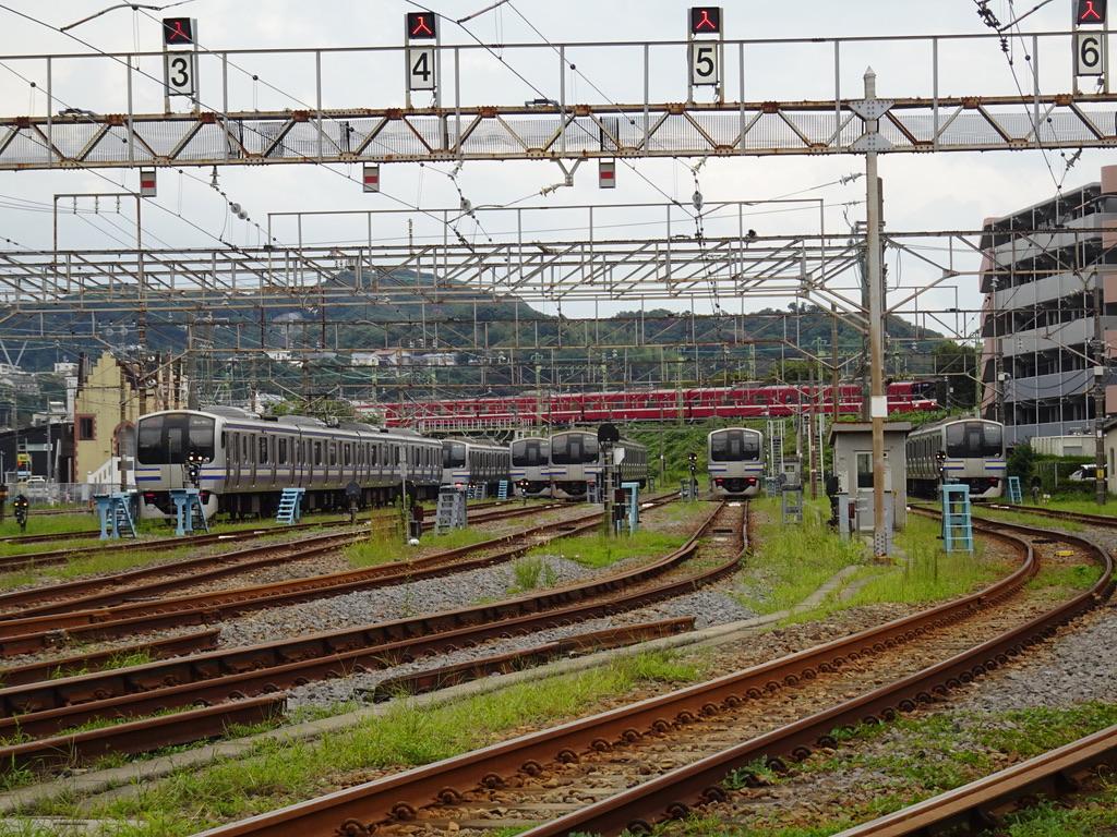 逗子駅の先に留置されているE217系付属編成群と、上を走る京急1500形(2020/9/22)
