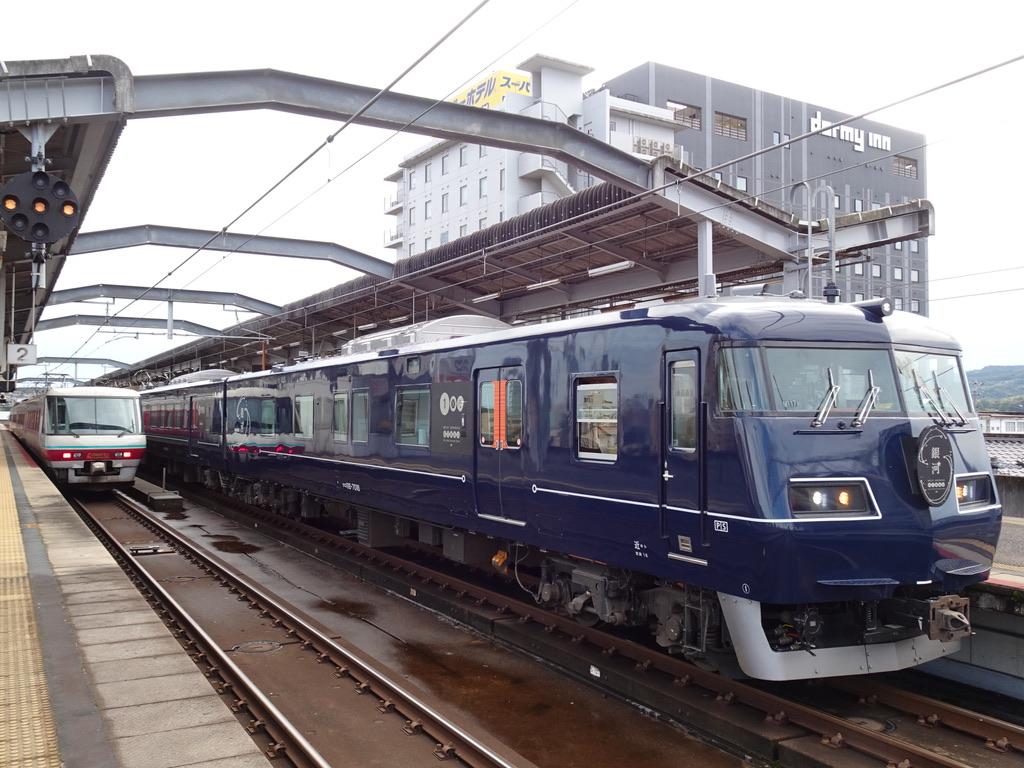 出雲市駅に停車中の381系パノラマグリーン編成やくも12号と、到着したWEST EXPRESS 銀河号(2020/10/17)
