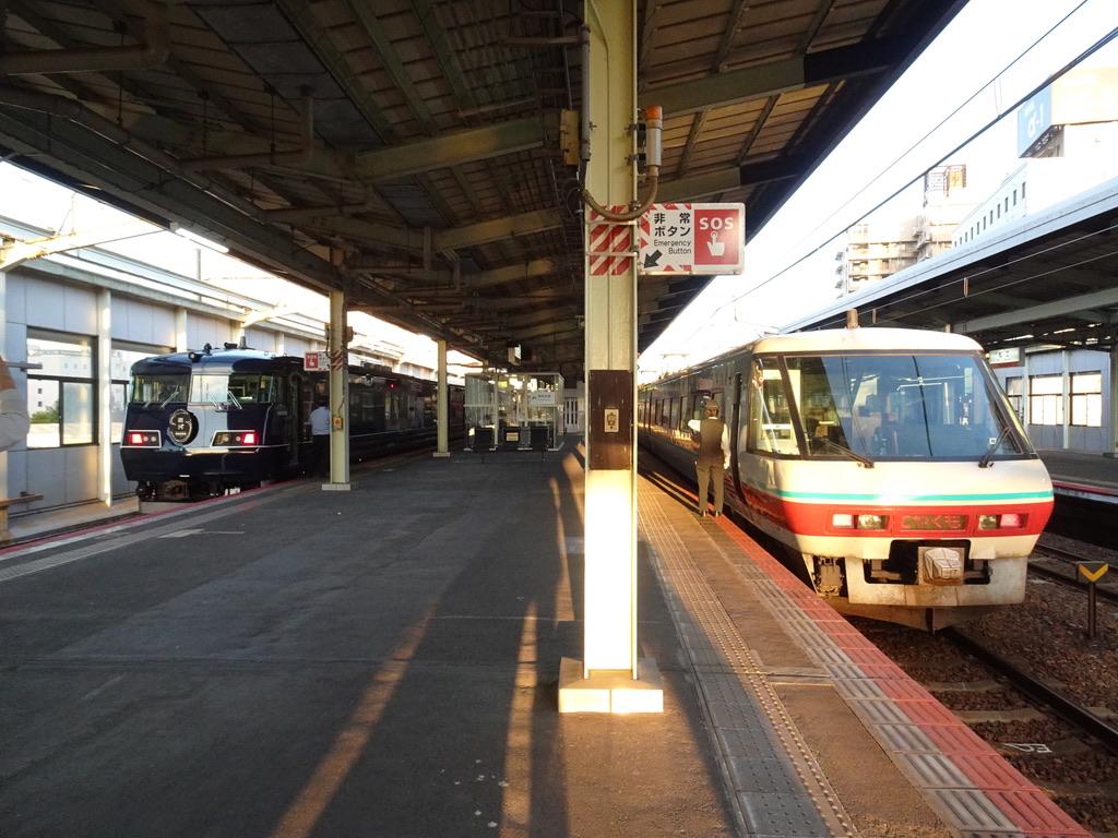 松江駅1・2番線に並ぶ117系WEST EXPRESS 銀河号大阪行きと、381系パノラマグリーン編成やくも26岡山行き(2020/10/17)