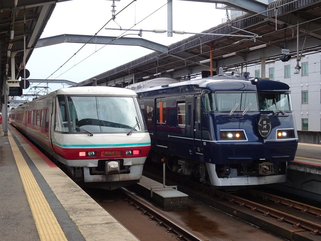 出雲市駅2番線に停車中の381系パノラマグリーン編成やくも12号と、3番線に到着中の117系WEST EXPRESS 銀河号(2020/10/17)