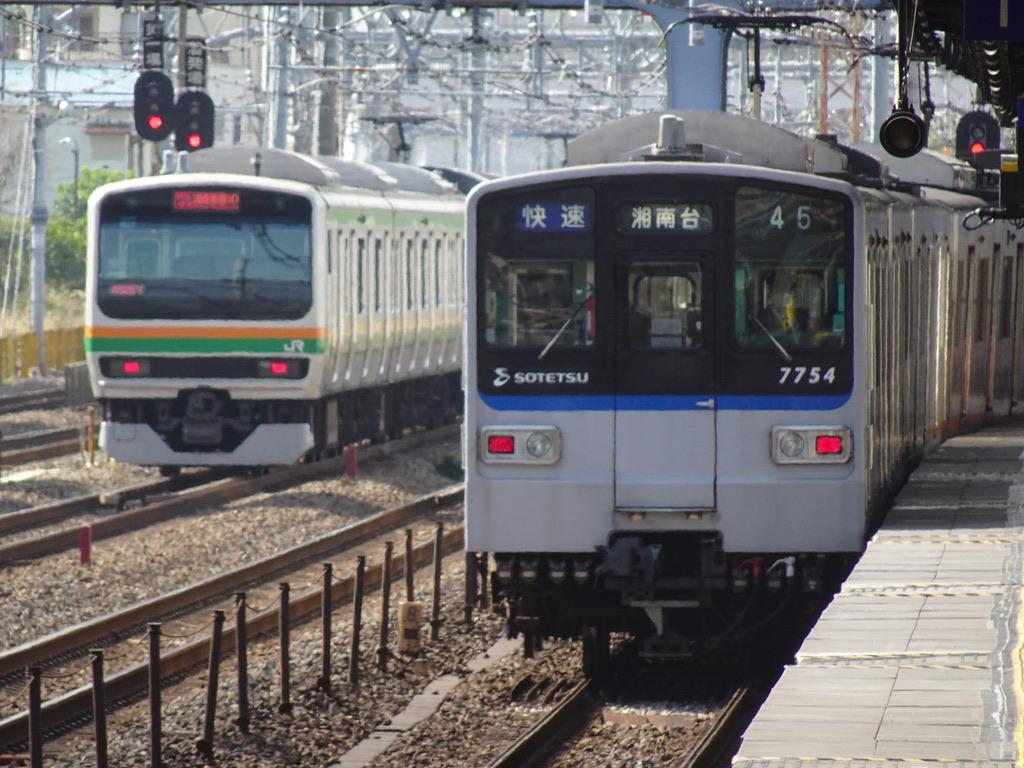 西横浜駅を通過した7754F快速湘南台行きと、横を通過するE231系湘南新宿ライン特別快速(2020/11/1)