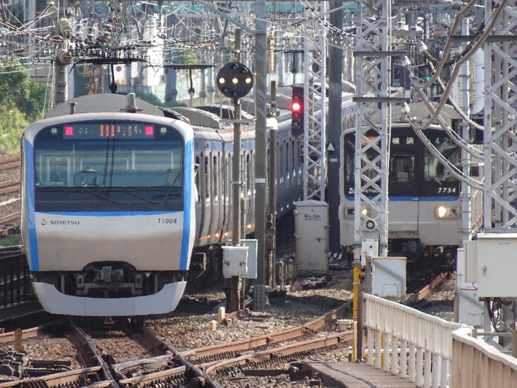 横浜駅3番線を発車した11004F特急海老名行きと、3番線入線待ちで停車中の7754F特急横浜行き(2020/6/7)