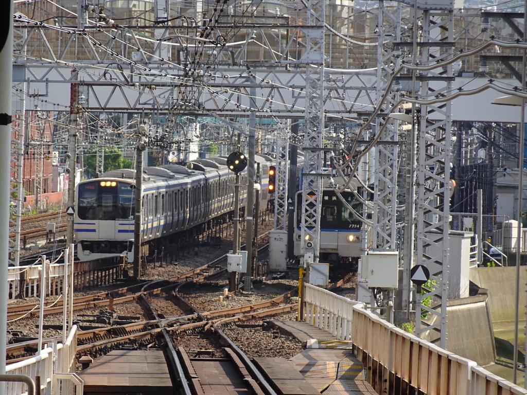 併走して横浜駅に到着するE217系横須賀線上り列車と、相鉄7754F特急(2020/6/7)
