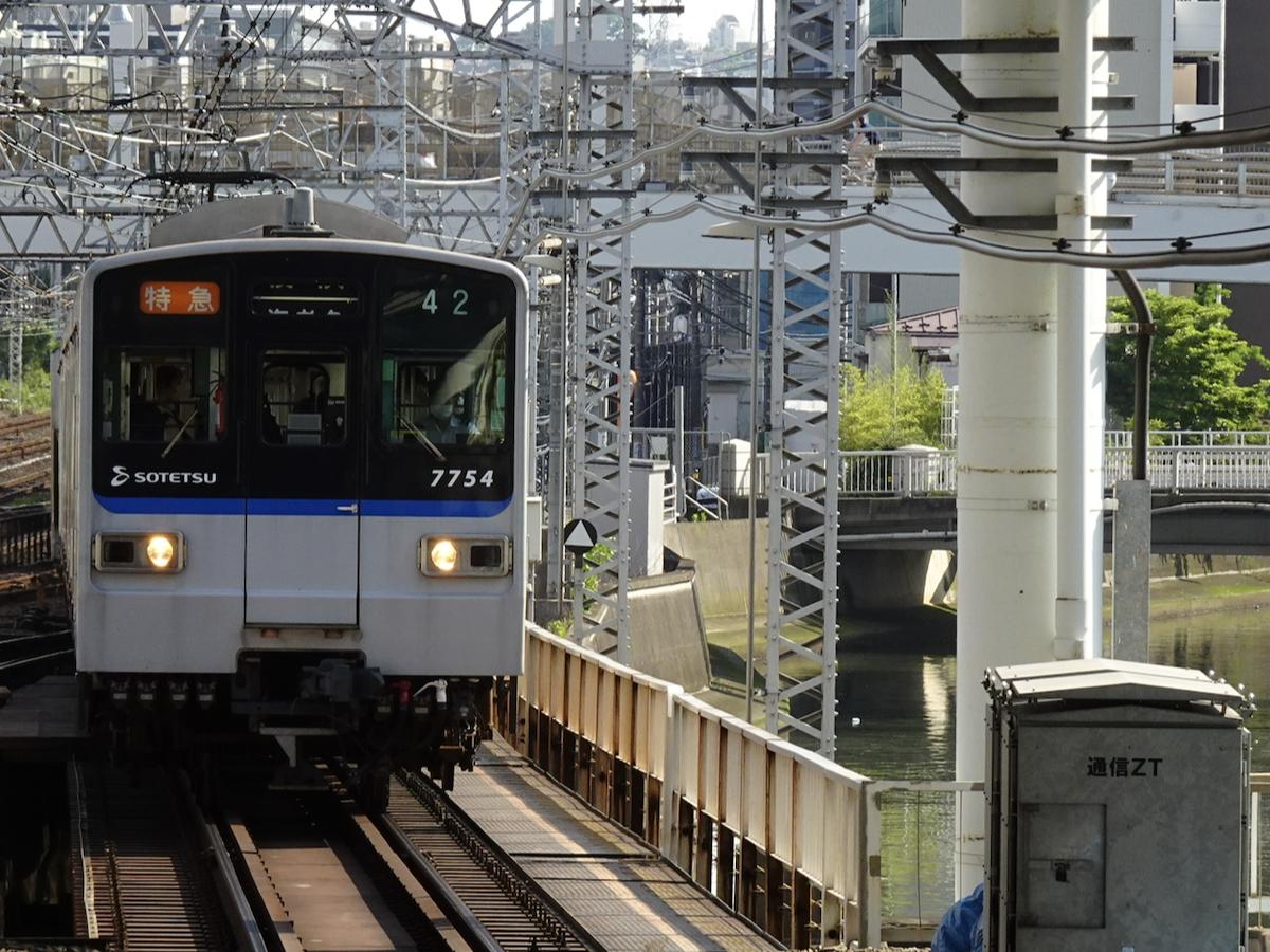 横浜駅3番線に入線する、行き先方向幕回し中の7754F特急横浜行き→海老名行き(2020/6/7)