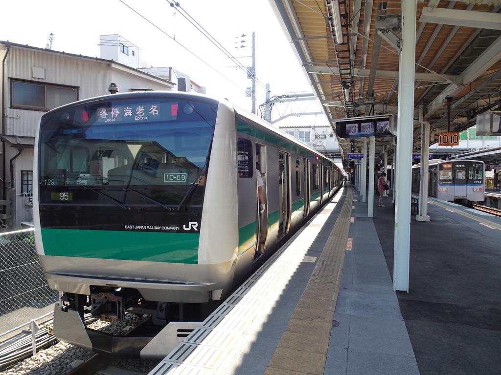 西谷駅1番線に停車中のE233系各停海老名行きと、2番線を発車した7754F特急海老名行き(2020/6/7)