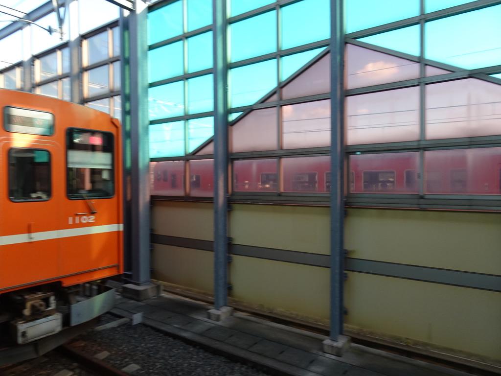電鉄出雲市駅の横を走り抜けるキハ47系普通米子行き(2020/10/17)