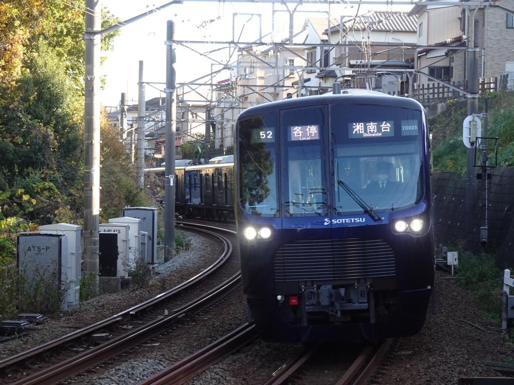 鶴ヶ峰駅1番線に到着する20105F各駅停車湘南台行き(2020/11/22)