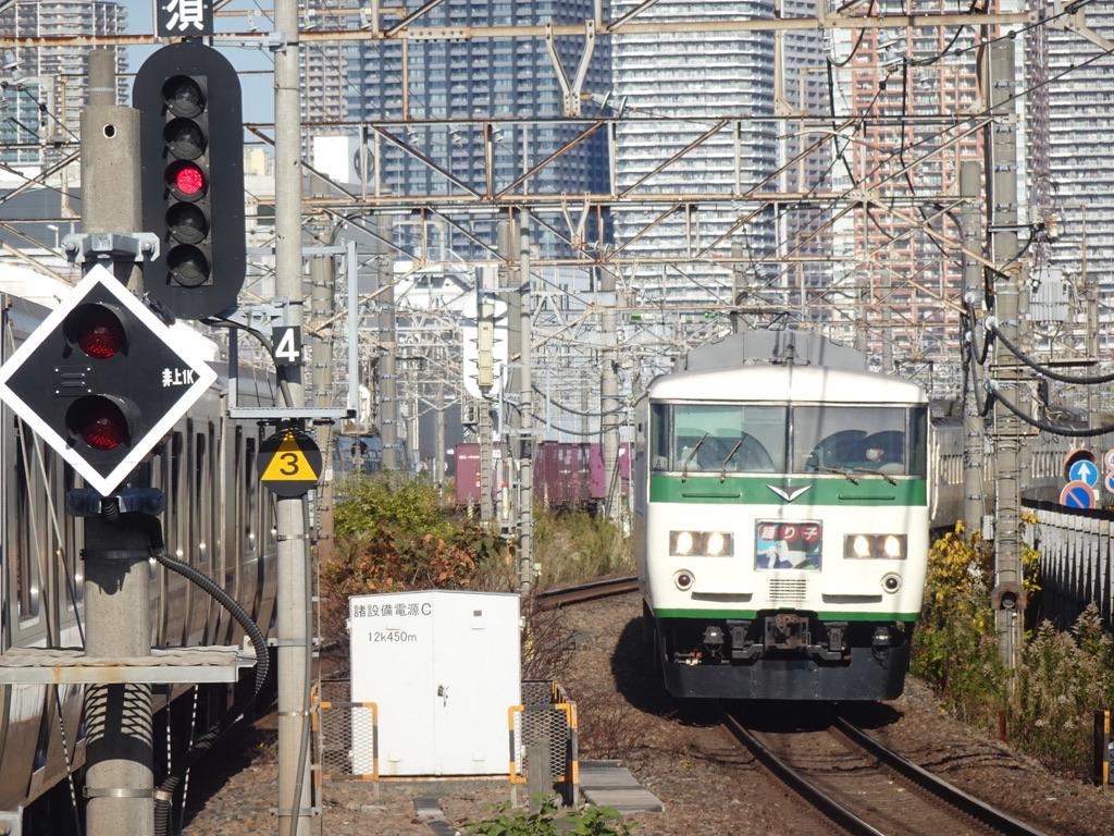 まもなく新川崎駅を通過する185系踊り子5号(10両編成)伊豆急下田行き(2020/11/22)