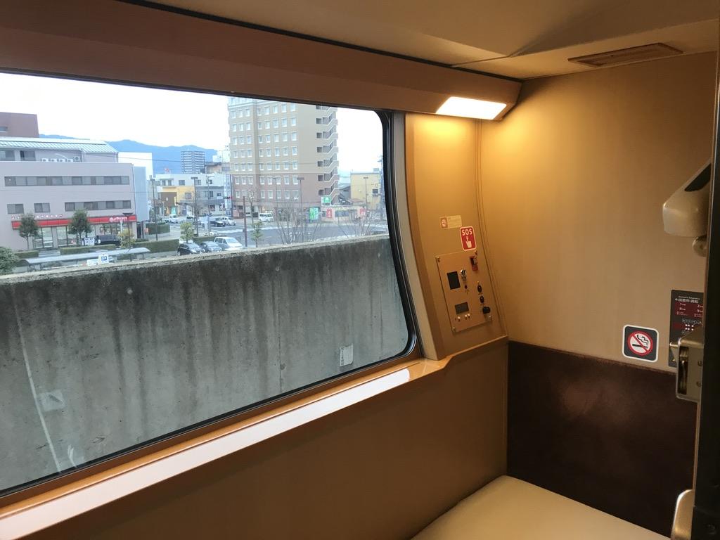 出雲市駅1番線に停車中のサンライズ出雲92号車内(下階)から見た車窓(2019/12/29)