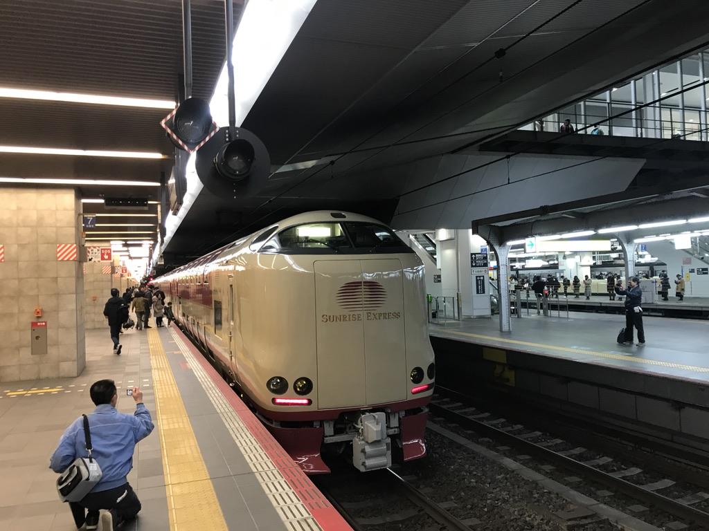 大阪駅11番線に停車中の285系サンライズ出雲92号東京行き(2019/12/29)