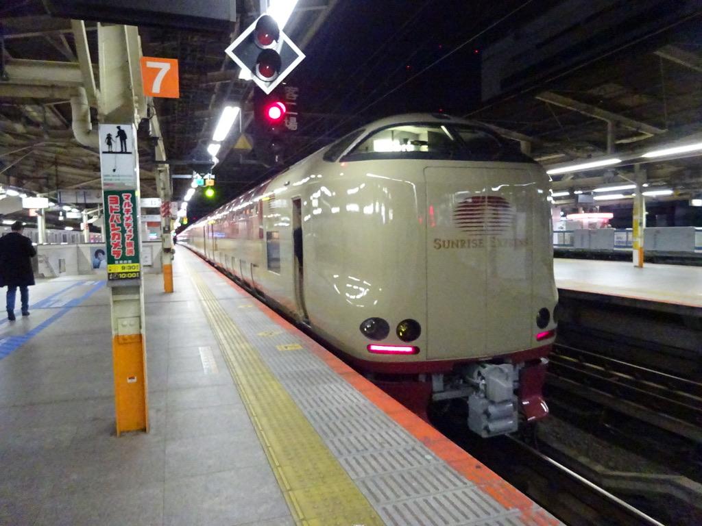 横浜駅7番線を発車する285系(7両編成)サンライズ出雲92号東京行き(2019/12/30)