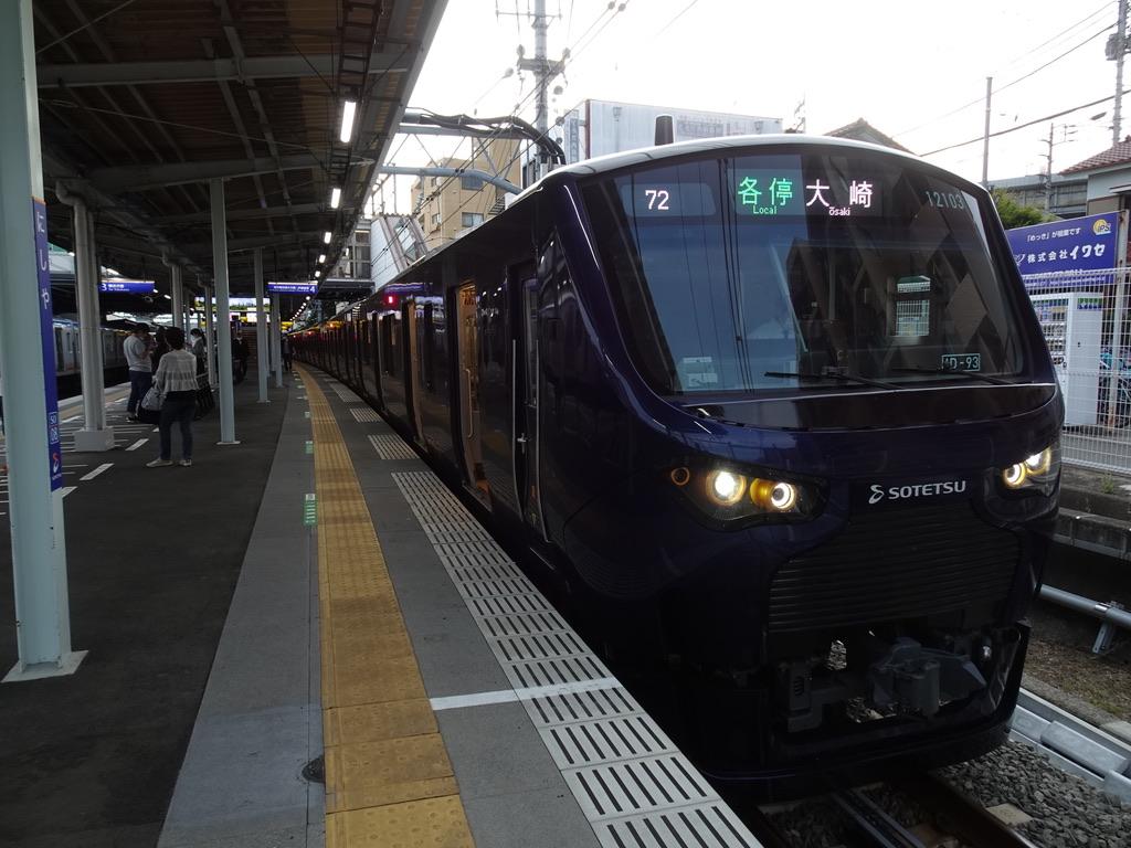 西谷駅4番線に停車中の相鉄12103F各駅停車大崎行き(2020/5/30)