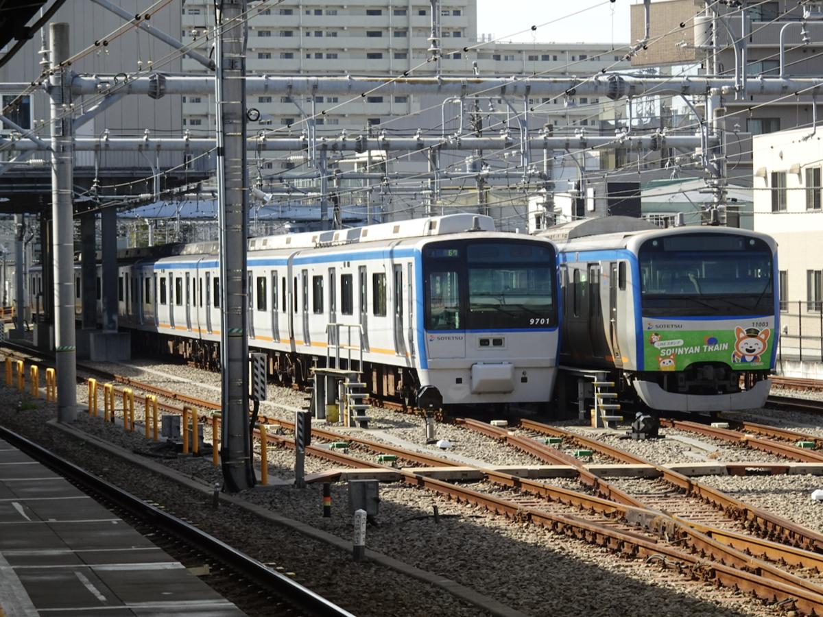 西横浜駅の留置線に並んでいる相鉄最後の幕車9701F・そうにゃん号11003F(2020/11/2)