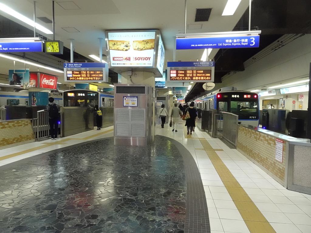横浜駅2番線に停車中の7754F特急海老名行きと、3番線に停車中の9701F急行海老名行き(2020/10/11)