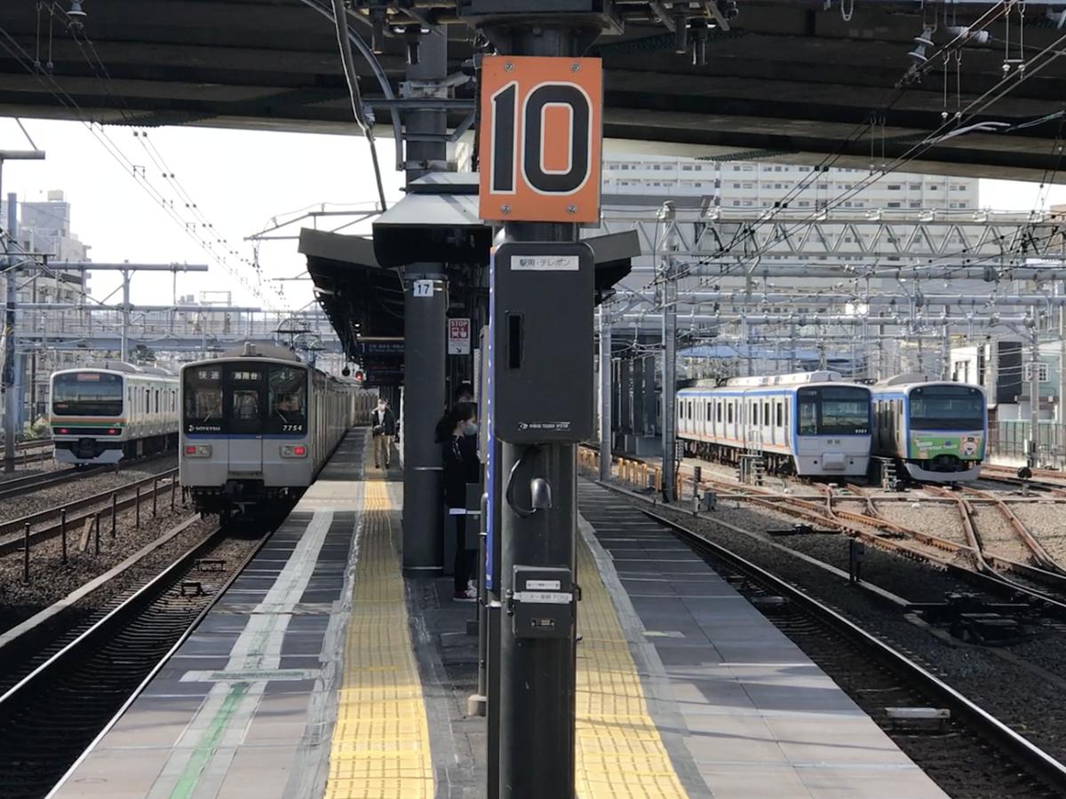 西横浜駅(付近)を通過するE231系湘南新宿ライン・7754F快速湘南台行きと、留置されている9701F・11003Fそうにゃん号(2020/11/1)