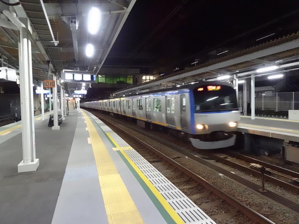 非情にも西谷駅を通過していく急行横浜行き(2020/1/9深夜)