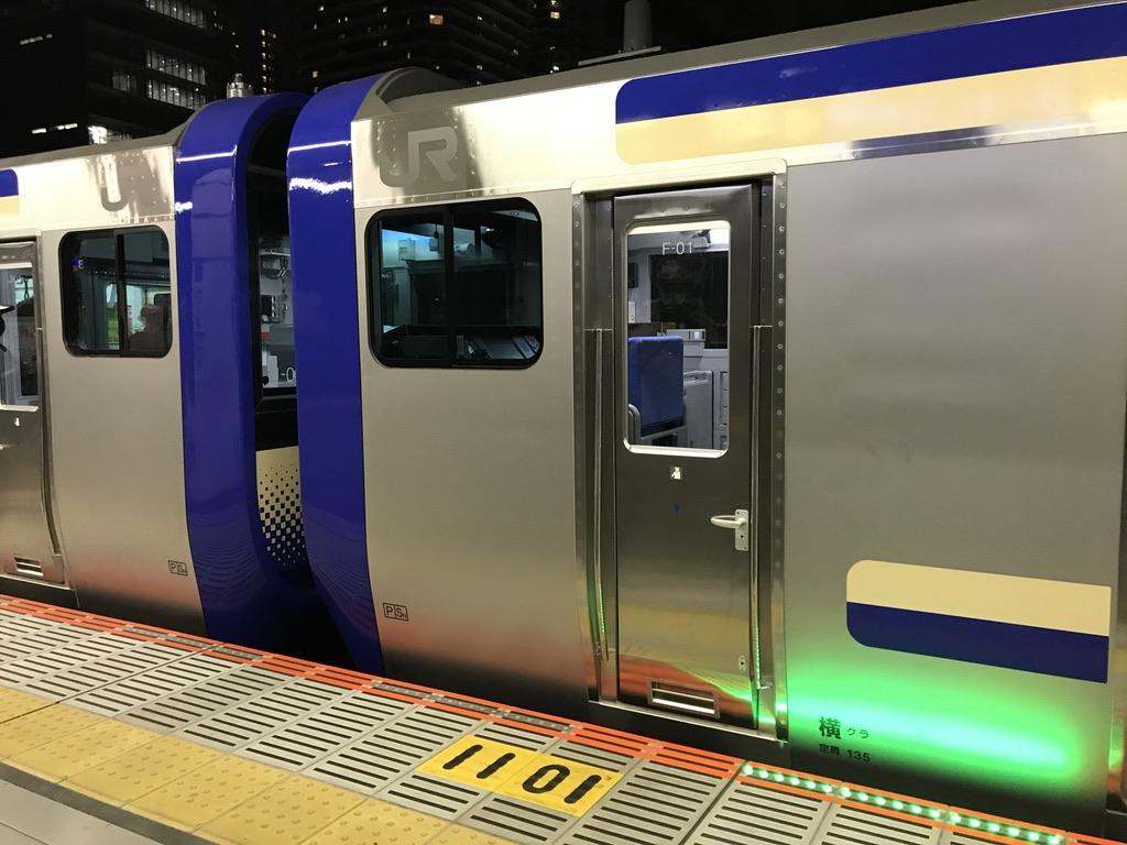 武蔵小杉駅に停車中の、横須賀線E235系1000番台連結部(2020/12/21)