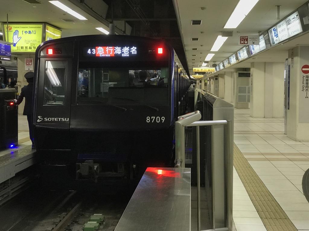 横浜駅に停車中のYNBリニューアル車8709F(2020/11/9)