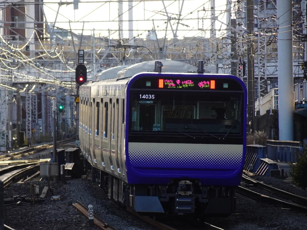 横浜駅9番線を発車したE235系1000番台普通横須賀行き(2020/12/31)
