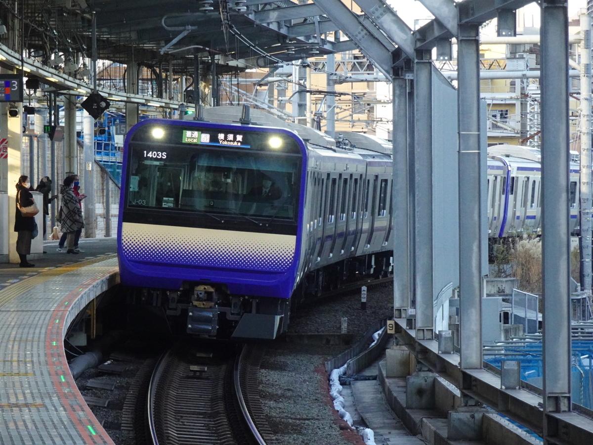 武蔵小杉駅3番線に到着するE235系(15両)横須賀線横須賀行き(2021/1/2)