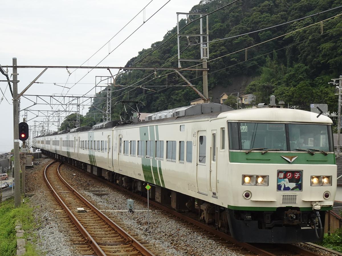 片瀬白田を通過する185系踊り子10号東京行き(2020/7/24)