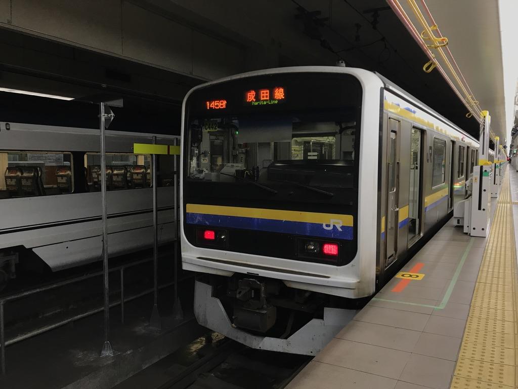 終点・成田空港駅で京成スカイライナーと並ぶ209系8両編成(2020/8/23)