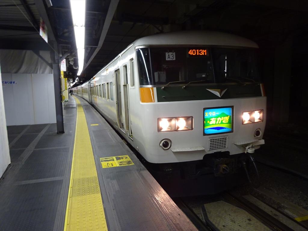 新宿駅6番線に停車中の185系特急スワローあかぎ13号前橋行き(2014/4/4)