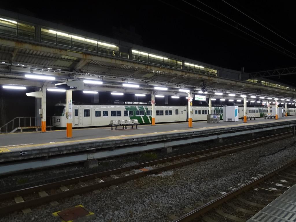夜間帯、熱海駅に留置されている185系10両編成(2020/2/10)