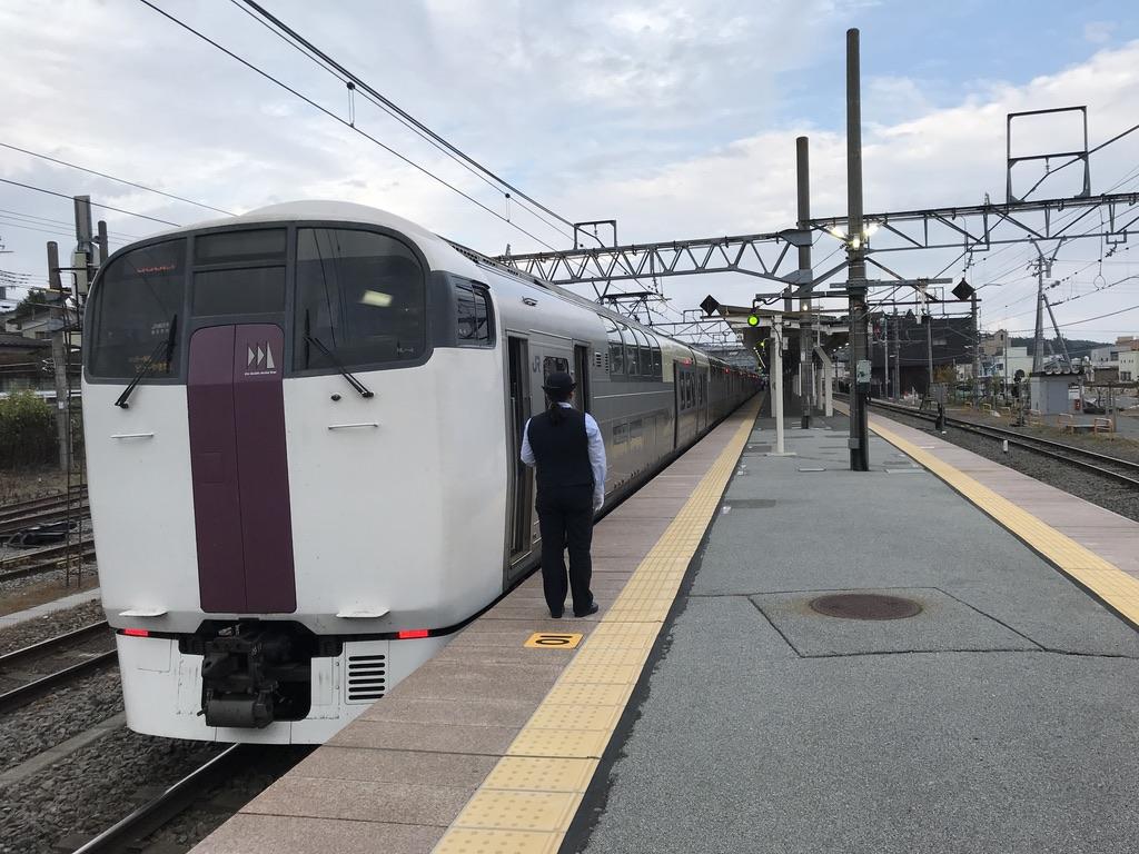 始発の小淵沢駅2番線に入線した215系ホリデー快速ビューやまなし号新宿行き(2020/10/4)
