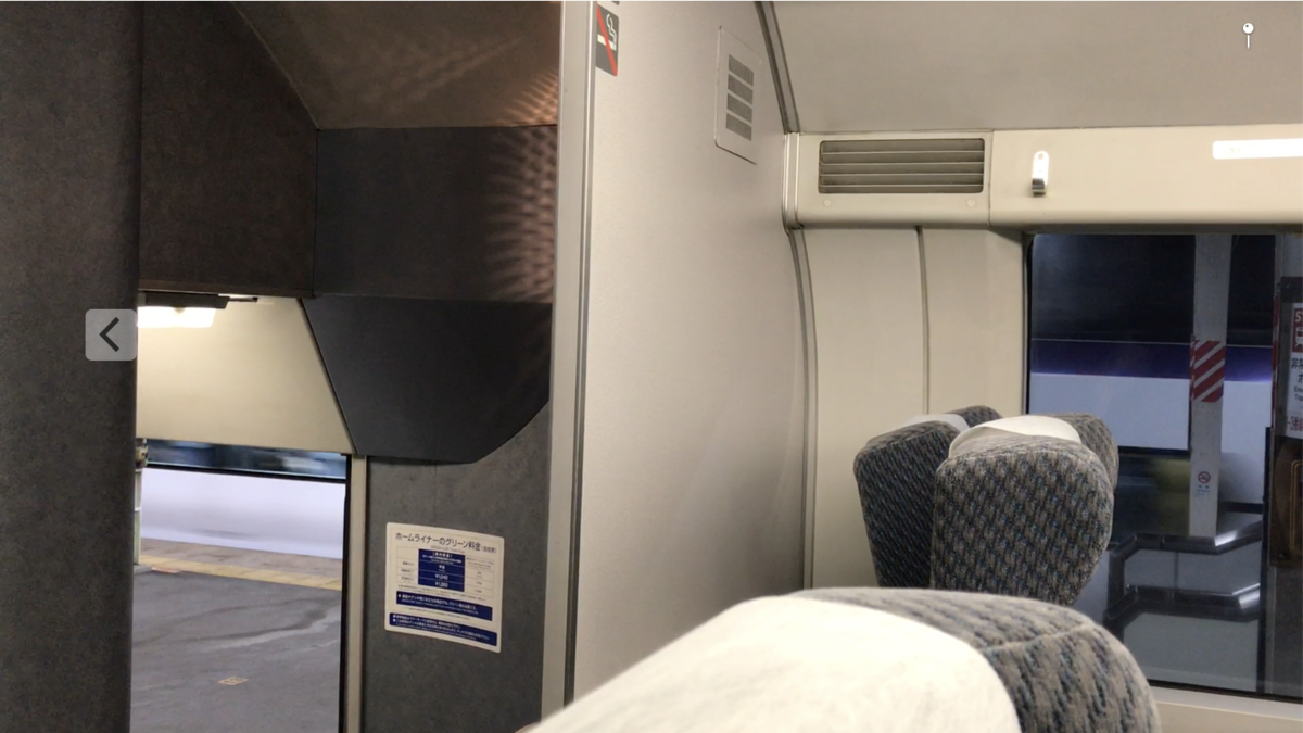 相模湖駅停車中に215系2階席から眺めた、通過追い越しするE353系あずさ・富士回遊44号(2020/10/4)