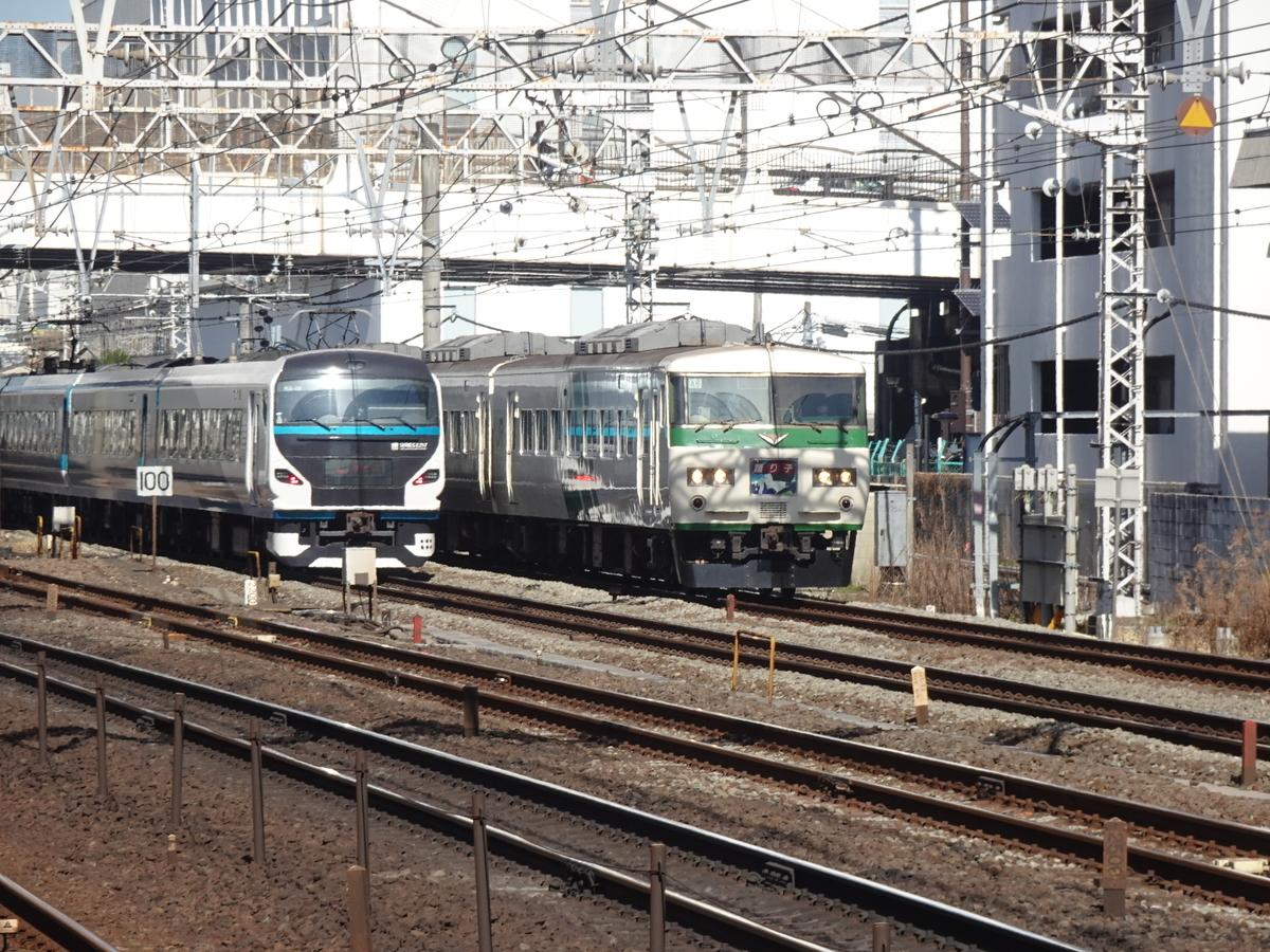 横浜駅付近ですれ違うE257系踊り子6号、185系踊り子17号(2021/2/28)