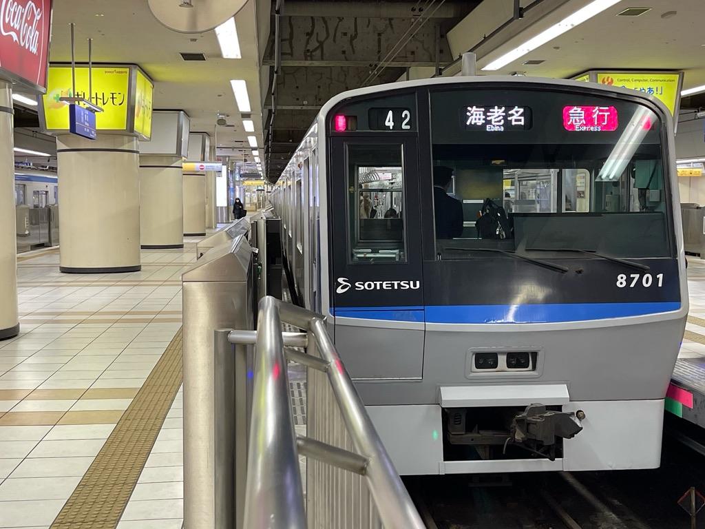 横浜駅2番線に停車中の8701F急行海老名行き(2021/2/28)