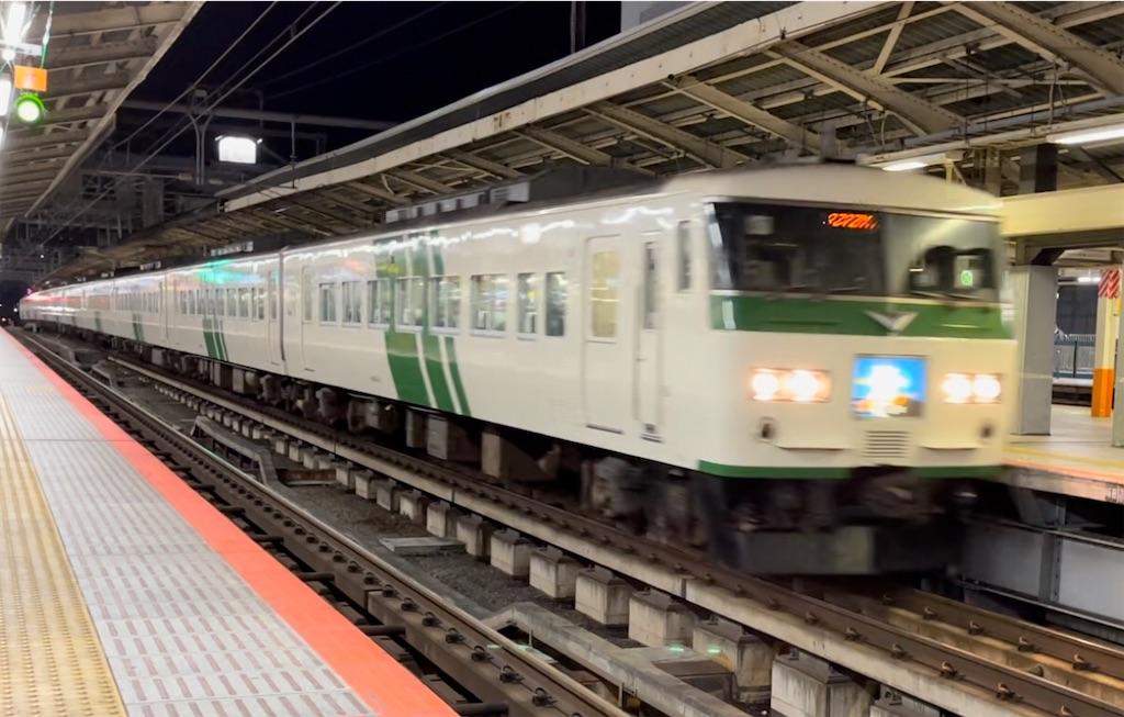 横浜駅6番線を通過する185系湘南ライナー7号小田原行き(2021/3/3)