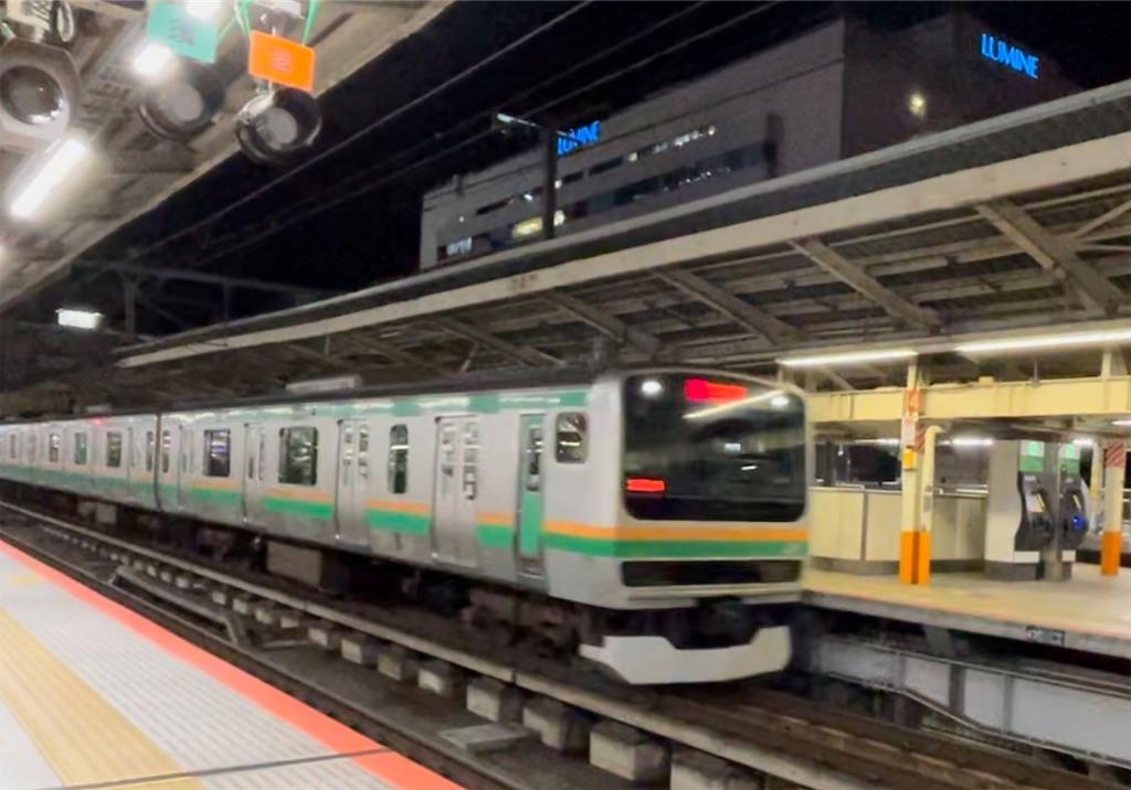 横浜駅6番線を通過するE231系通勤快速小田原行き(2021/3/3)