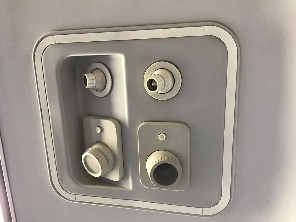 215系グリーン車2階席座席上部に設置されているライト(2020/10/4)