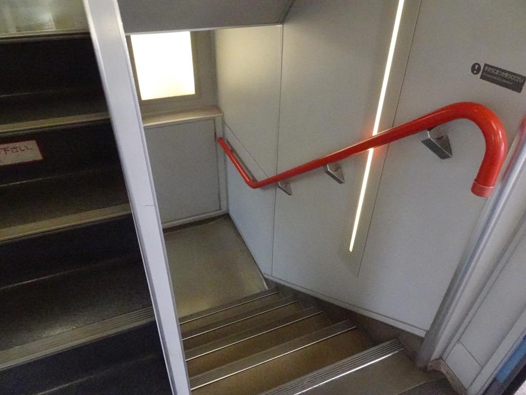 215系グリーン車ドア付近の階段(2020/10/4)