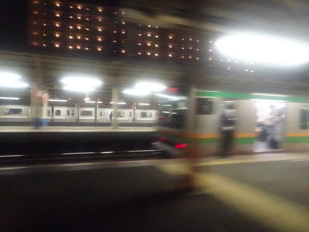 サンライズ号大船駅通過時、進行方向左には4番線で待避中の普通列車が見える(2020/11/19)