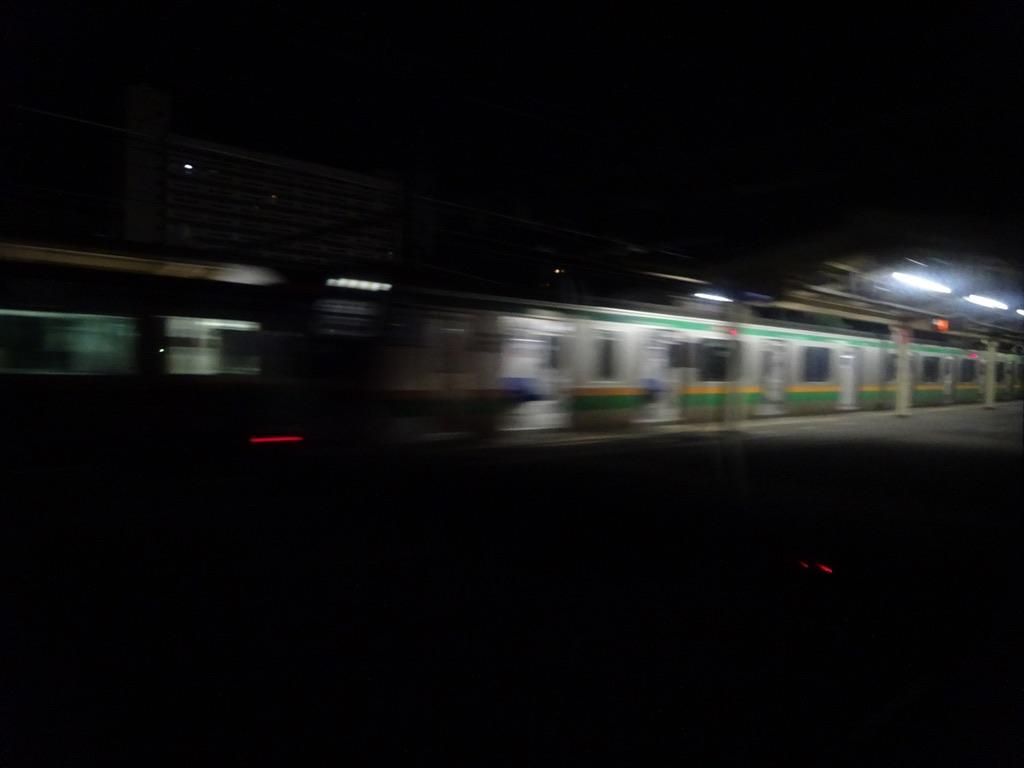 サンライズ出雲号車内から、進行方向右側・通過する小田原駅を眺める(2014/5/23)