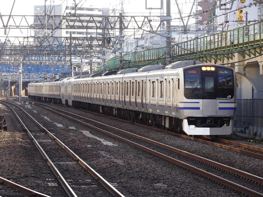 鶴見駅付近を走行中の横須賀線E217系(15両編成)千葉行き(2021/2/27)