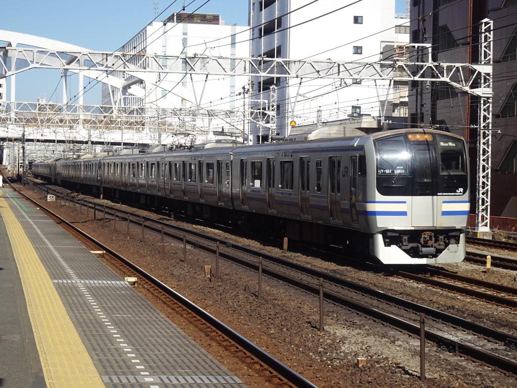 相鉄線平沼橋駅の横を通過する横須賀線E217系(15両編成)逗子行き(2021/2/28)