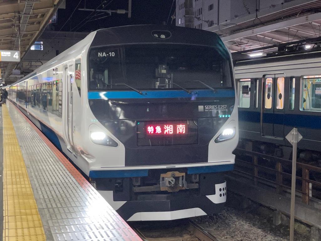 藤沢駅4番線に到着したE257系(9両編成)特急湘南9号小田原行き(2021/3/15)