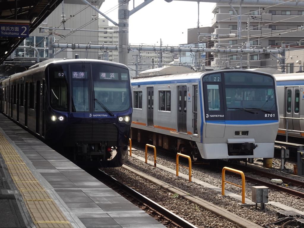 西横浜駅で並んだ、相鉄(10両編成)で現在最も新しい車両/古い車両(2021/3/17)