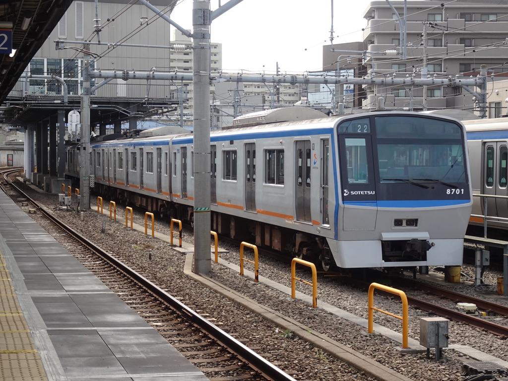 西横浜駅に留置されている22運行表示の8701F(2021/3/17)