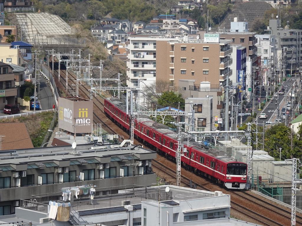トンネルを出て弘明寺駅に向かう1561編成普通浦賀行き(2021/3/27)
